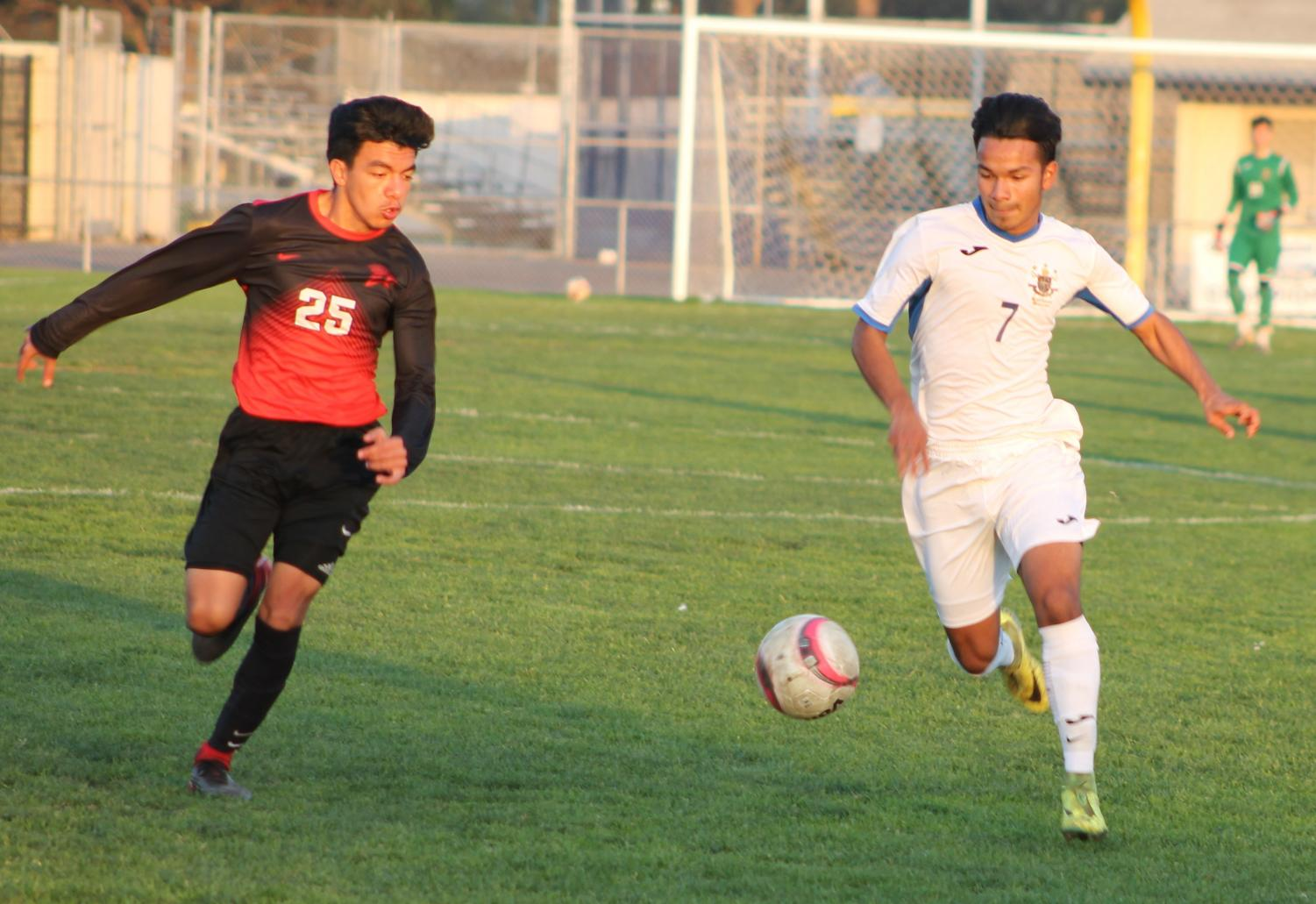Daniel Ipatzi, right, heads toward the goal against Rio Mesa.
