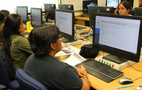 Seniors tackle college applications